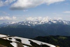 与雪上面的山景 免版税库存图片