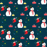 与雪人、圣诞树和袜子的圣诞节无缝的样式与礼物 免版税库存照片