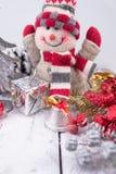 与雪人、礼物和圣诞节中看不中用的物品的圣诞节装饰 免版税库存照片