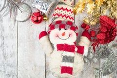 与雪人、礼物和圣诞节中看不中用的物品的圣诞节装饰 库存图片
