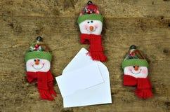 与雪人表面的空白看板卡附注 库存照片