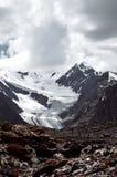 与雪冰和冰川的山风景与很多云彩 免版税库存照片