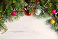 与雪分支的圣诞节木背景 与拷贝空间的顶视图您的文本的 免版税库存照片