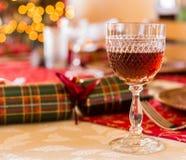 与雪利酒玻璃的英国圣诞节桌 免版税图库摄影
