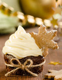 与雪剥落的圣诞节杯形蛋糕 免版税库存图片