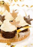 与雪剥落的圣诞节杯形蛋糕 免版税库存照片