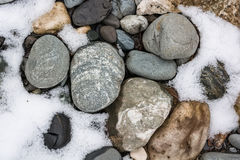 与雪和冰的特写镜头石头在自然样式 图库摄影