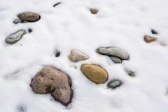 与雪和冰的特写镜头石头在自然样式 免版税图库摄影