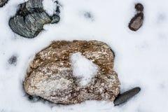 与雪和冰的特写镜头石头在自然样式 库存照片