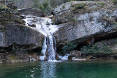 与雪和冷的湖十二瀑布自然痕迹的,比利牛斯,西班牙,欧洲的冬天瀑布 免版税库存图片
