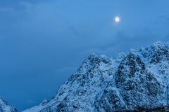与雪和月亮, Hamnoy海岛, Lofoten,不的山峰 免版税图库摄影