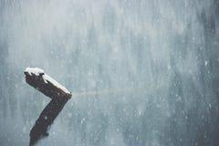 与雪和湖喜怒无常的颜色的冬天背景 免版税库存照片