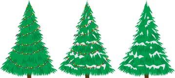 与雪和电灯泡的圣诞树。   库存照片