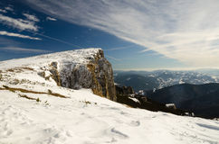 与雪和蓝天的山风景 库存图片