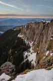 与雪和蓝天的山风景 免版税图库摄影