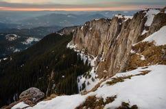 与雪和蓝天的山风景 库存照片