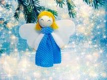 与雪和雪花的愉快的天使圣诞节背景 免版税图库摄影