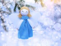 与雪和雪花的愉快的天使圣诞节背景 免版税库存照片