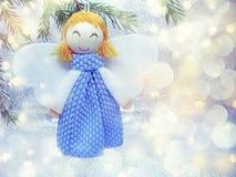 与雪和雪花的愉快的天使圣诞节背景 库存照片