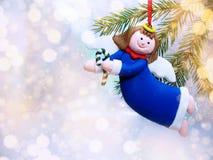 与雪和雪花的愉快的天使圣诞节背景 图库摄影