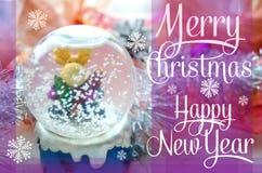 与雪地球和圣诞节树闪亮金属片的圣诞快乐和新年快乐欢乐卡片 与麋玩具的雪玻璃球 免版税库存照片