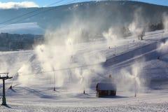 与雪大炮和雪长矛的Snowmaking在滑雪胜地菲希特尔贝尔格在上维森塔尔,德国 免版税库存图片
