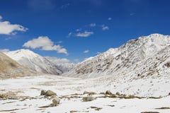 与雪小山的好的天空 库存照片