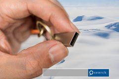 与雪山机智的手举行USB闪光推进两次曝光 免版税库存照片