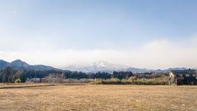 与雪山的一个领域在秋天季节在日光 免版税图库摄影