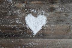 与雪心脏的老木纹理 免版税库存图片