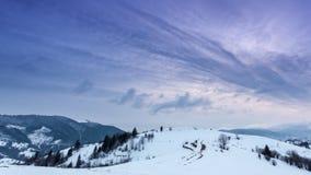 与雪打击的山峰由风 33c 1月横向俄国温度ural冬天 冷的天,与雪 影视素材