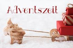 与雪撬的驯鹿在雪, Adventszeit意味出现季节 库存图片