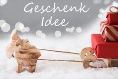 与雪撬,银色背景, Geschenk Idee的驯鹿意味礼物想法 免版税库存图片