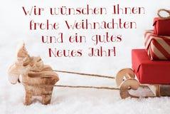 与雪撬, Frohes Neues Jahr的驯鹿意味新年快乐 免版税库存图片