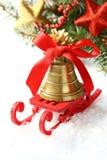 与雪橇的圣诞节构成和在白色的金铃 免版税图库摄影