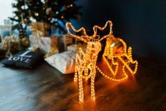 与雪橇的新年发光的驯鹿 免版税库存照片