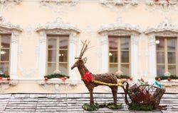 与雪橇的驯鹿在圣诞节市场立场的屋顶 免版税库存图片