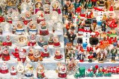 与雪球和几个木偶的圣诞节摊位 图库摄影