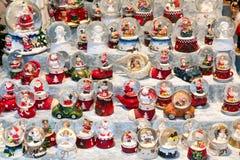 与雪球和几个木偶的圣诞节摊位 免版税库存图片