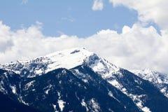 与雪的一座山在湖Wenatchee,华盛顿,美国 库存图片