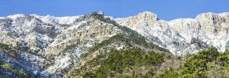 与雪的克里米亚山 免版税库存照片