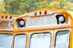 与雪的公共汽车Windows 免版税库存图片