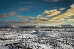 与雪的圣诞节风景加盖了火山和反射  免版税图库摄影