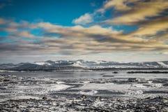 与雪的圣诞节风景加盖了火山和反射  库存照片