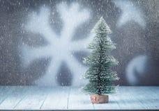 与雪的在背景的圣诞树和雪花 库存照片