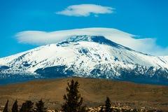 与雪的埃特纳火山火山 意大利西西里岛 库存图片