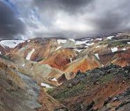 与雪的多彩多姿的山 免版税库存照片