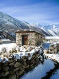 与雪的室外洗手间在喜马拉雅山 库存图片
