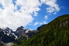 与雪的山在与蓝天的一个晴天 库存图片