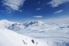 与雪的山在冬天 免版税库存图片